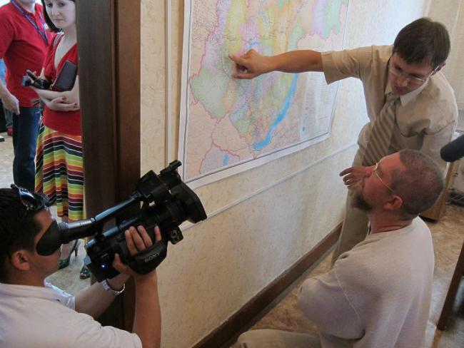 Заместитель министра Игорь Владимирович Иванов и Игорь Алексеевич Гришин у карты Иркутской области